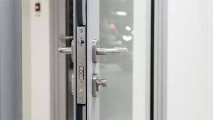 Электромеханические замки серии LBP для профильных дверей с подачей питания через засов